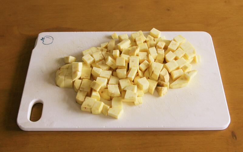 サツマイモをサイコロ状に切る