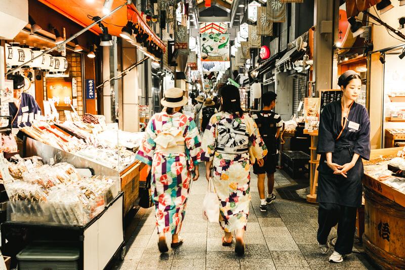 錦市場を歩く浴衣姿の女性の写真