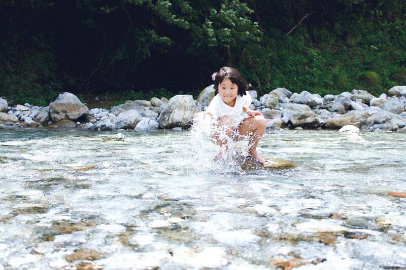 安養寺近くの芹川で遊ぶ