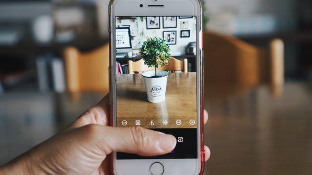 iPhoneでRAW撮影をする様子の写真